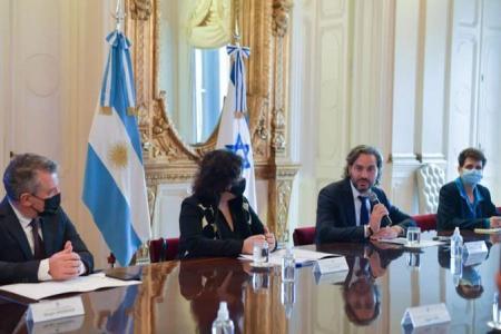 El embajador Urribarri, la ministra Carla Vizzotti y el jefe de Gabinete, Santiago Cafiero, se reunieron con la delegación de expertos israelíes