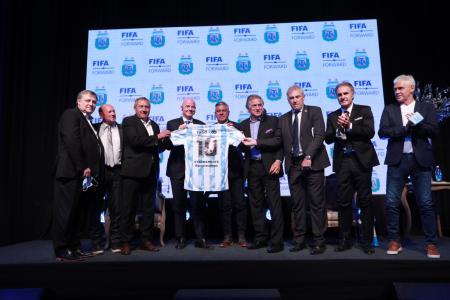 El gualeyo Burruchaga y otros campeones mundiales presenciaron la conferencia de Infantino