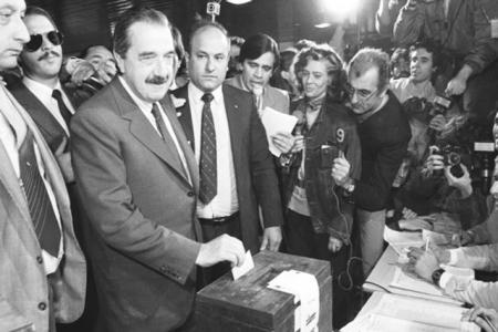 Raúl Alfonsín votando