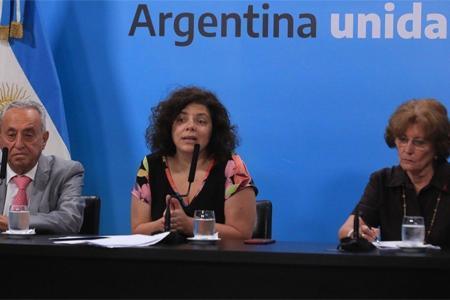 Carla Vizzotti (centro), encargada de presentar los reportes diarios.