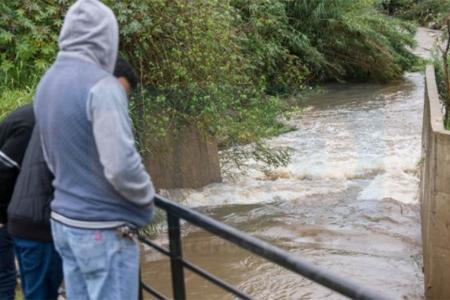 La correntada sobre el Arroyo Antoñico no disminuye y eso dificulta la búsqueda. (Fotografía diario Uno).