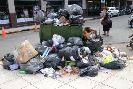 La basura sigue acumulándose en Paraná