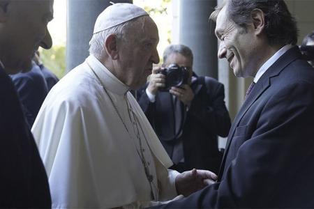 Imagen de archivo del papa Francisco y Gustavo Béliz, quien fue nombrado como miembro ordinario de la Academia Pontificia de Ciencias Sociales.