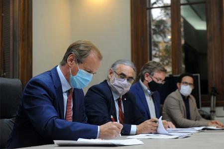 El gobernador Gustavo Bordet y el ministro de Agricultura, Ganadería y Pesca de la Nación, Luis Basterra, acordaron inyectar 83 millones de pesos para fortalecer la producción entrerriana y las economías regionales.