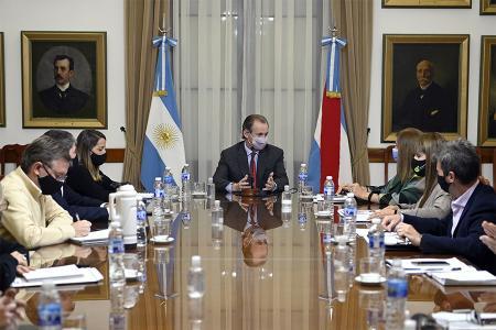En la reunión de gabinete, el gobernador Gustavo Bordet dio a conocer el cronograma de pago de sueldos y aguinaldo de la administración pública desde el 1° al 10 de julio.