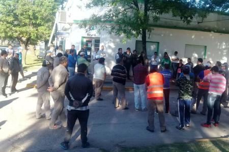 A partir de mañana los trabajadores municipales de Bovril inician un paro por tiempo indeterminado ante la falta de pago de salarios de esa comuna administrada por el intendente Alfredo Blochinger (Cambiemos).