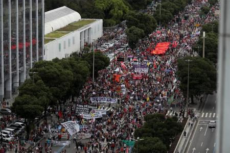Masiva marcha en Río de Janeiro contra Bolsonaro.
