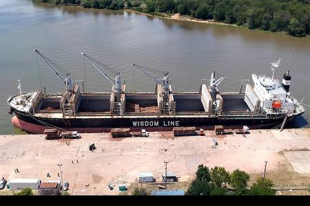 La mayoría de los ultramarinos inician su carga en el puerto de La Histórica, donde embarcan unas 20 mil toneladas, y completan con otras 15 mil en el puerto del Sur entrerriano.