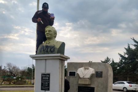 Volvieron a violentar el busto de Kirchner en Concepción del Uruguay