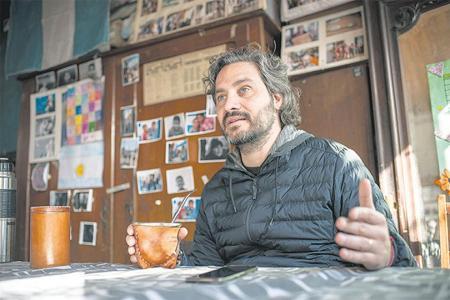 El jefe de Gabinete, Santiago Cafiero, en la unidad básica Justicia Social que está ubicada en uno de los ingresos a La Cava, en Rolón y Neyer, en San Isidro.
