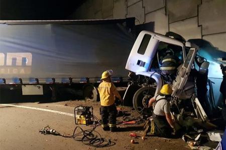 Lamentablemente el conductor del camión falleció tras el impacto del pesado rodado contra el paredón del puente que eleva la Autovía Nacional N° 18.