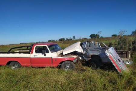 Un conductor resultó lesionado tras el impacto entre dos camionetas