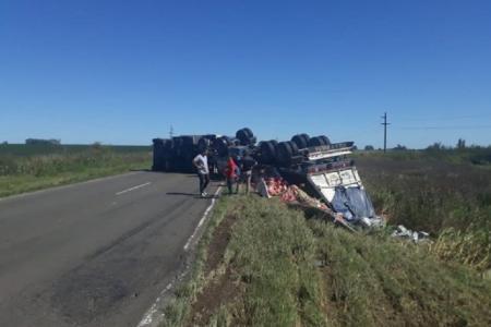 Volcó un camión con yerba y evitaron que se robaran parte de la carga
