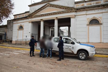 Momento en que la Policía detuvo a dos personas por sustraer elementos del Cementerio Norte de Gualeguaychú.