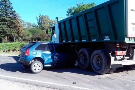 choque auto camión acceso Piedras Blancas