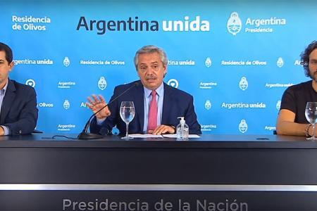 """El Presidente Alberto Fernández, flanqueado por el ministro del Interior, Eduardo """"Wado"""" De Pedro y el jefe de Gabinete, Santiago Cafiero."""