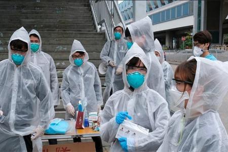 Un grupo de personas utilizando equipos para protegerse del coronavirus