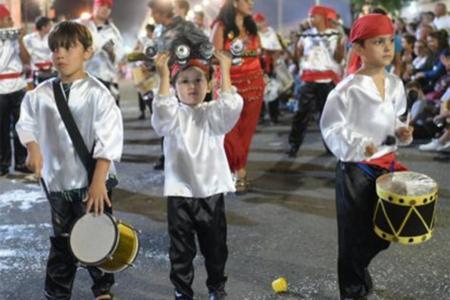 Anoche quedaron inaugurados los Corsos Populares en Gualeguaychú.