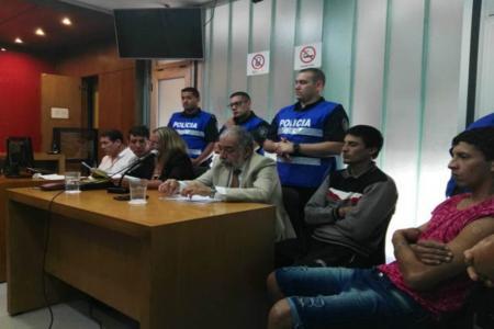 Los acusados del homicidio de Pedro Esteban Larsen, continuarán bajo arresto domiciliario con monitoreo electrónico mediante tobillera, hasta la elevación a juicio.