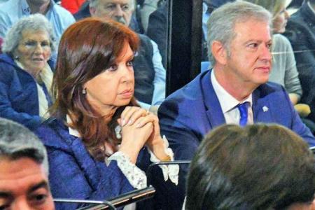 Seriedad. Cristina y su abogado en uno de los juicios que enfrenta.