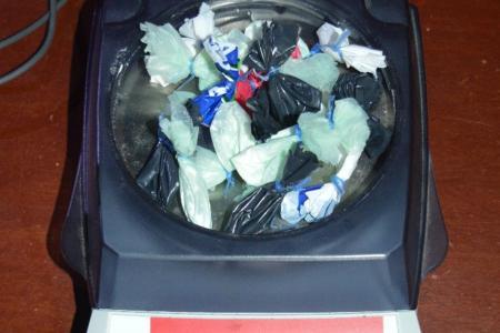 El operativo permitió secuestrar cocaína fraccionada para su venta.