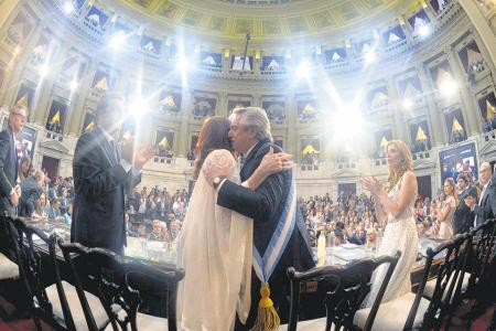 Alberto Fernández se abraza con Cristina Kirchner
