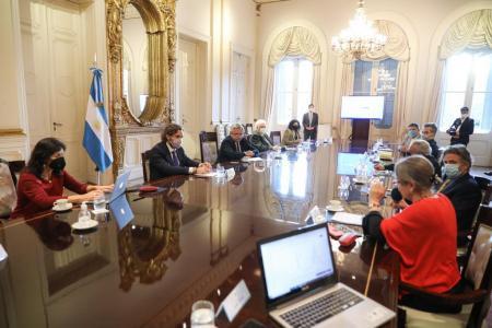 Alberto Fernández con expertos Covid