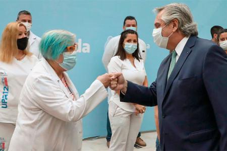 Fernández con personal de salud