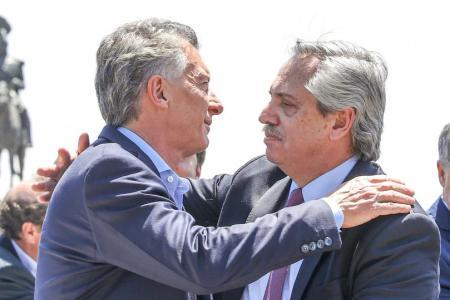 Mauricio Macri y Alberto Fernández se abrazan en Luján