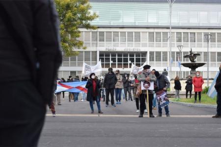 Los gremios docentes recurrirán a la Justicia para solicitar una medida cautelar innovativa ante la Ley de Emergencia Solidaria que impulsó la gestión de Gustavo Bordet.