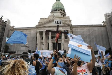 Los manifestantes que rechazan el proyecto oficial para legalizar el aborto se concentran en el Congreso, donde el debate comenzará el martes que viene.