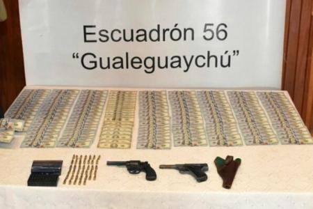 Un hombre viajaba en colectivo por Entre Ríos con dos armas, municiones y 15 mil dólares