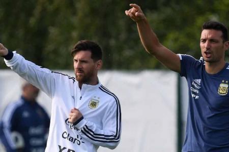 """""""La idea es que Messi tenga dos jugadores por delante"""", adelantó Scaloni"""