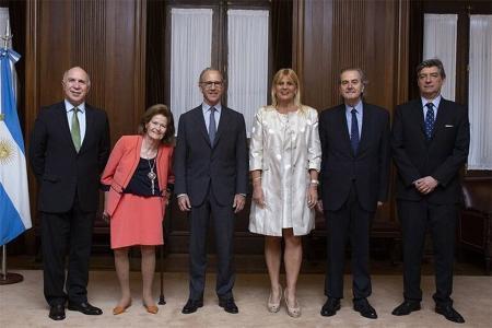La ministra de Justicia de la Nación, Marcela Losardo, rodeada por los ministros de la Corte Suprema.