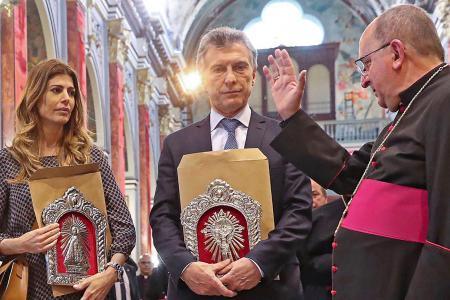 Macri y Awada con el obispo Cargnello