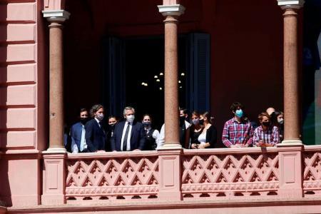 Alberto Fernández observa los incidentes frente a la Casa Rosada durante el velorio de Diego Maradona