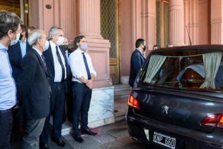 Fernández y Cafiero despiden el féretro de Maradona