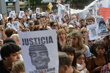 """Dolor. La marcha en Recoleta para pedir justicia por el asesinato de Fernando. """"Estoy muerta en vida, pero mi hijo me da fuerzas"""", dijo la madre."""