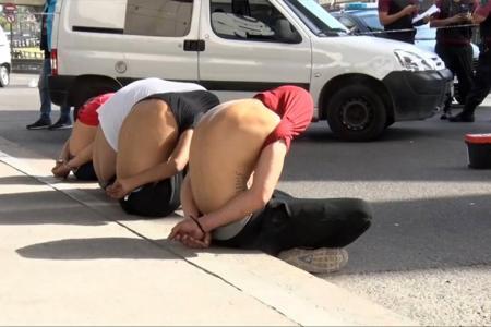 Motochorros de nacionalidad colombiana detenidos durante un operativo policial en San Cristóbal, Ciudad de Buenos Aires.