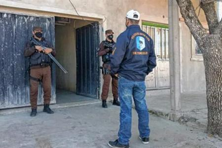 Toxicología desbarató una banda con allanamientos en distintos barrios de la zona Oeste de Concordia. La principal sospechosa de narco tiene pedido de captura.