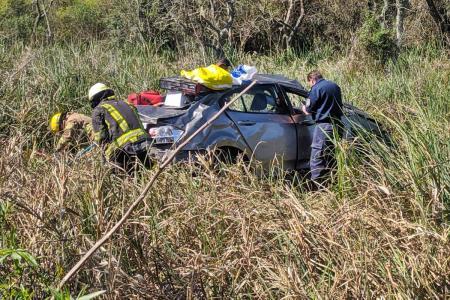 Un auto despistó en ruta 14 y el conductor debió ser rescatado de un bañado