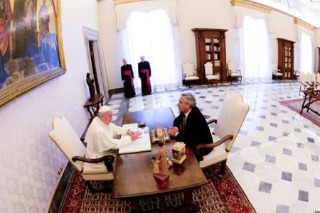 Imagen de archivo de Francisco y Alberto Fernández durante su encuentro en el Vaticano.