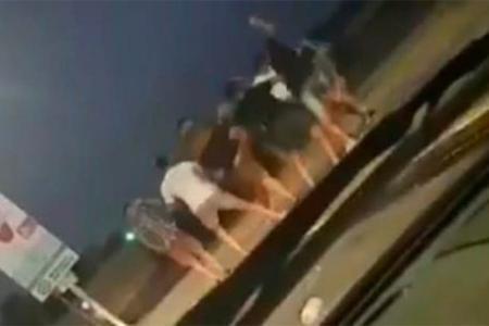 Un grupo de jóvenes golpeó a otro a la salida del boliche en Paraná. No se reportaron detenciones tras el hecho. Crédito de la imagen: Reporte 100.7.