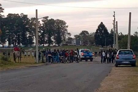 """En la zona del Club Gimnasia de Concepción del Uruguay se organizan """"picados"""" de fútbol, violando la cuarentena."""