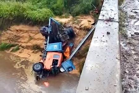 Un camión cayó a un arroyo a la altura de Sauce Montrull