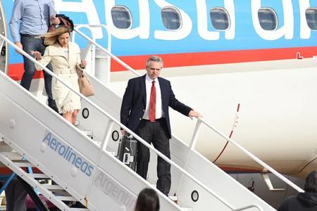 Alberto Fernández y la comitiva oficial, al arribar al aeropuerto de Ezeiza.