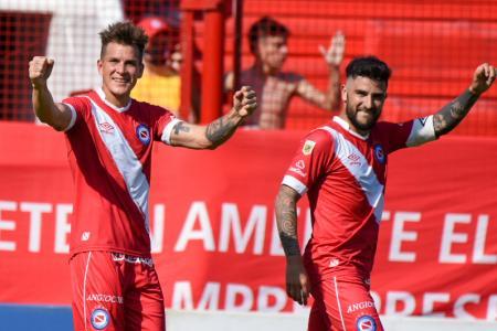 Con un gol de taco del entrerriano Reniero, Argentinos festejó ante Colón de Santa Fe