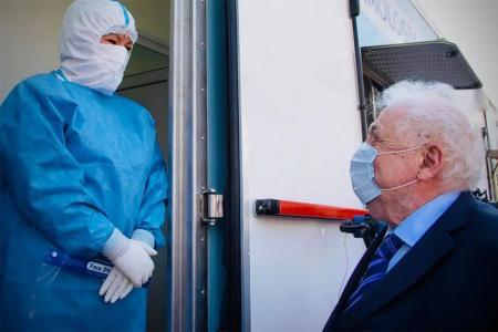 A raíz de la segunda ola de coronavirus, el Ejecutivo prorrogó por otros tres meses una reducción de las contribuciones patronales y una alícuota menor para el impuesto al cheque, para las empresas y establecimientos que presten servicios sanitarios.