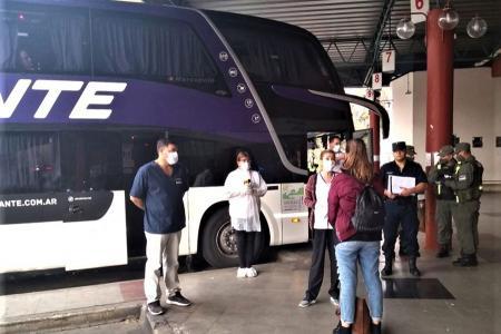 En la Terminal de Ómnibus de Paraná siguen los operativos a raíz de la llegada de los micros que ingresan provenientes de otras ciudades o países limítrofes.
