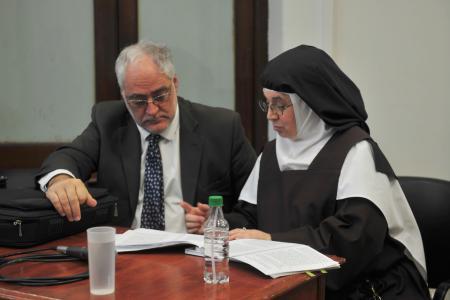 La ex superiora del convento Carmelitas de Nogoyá, Luisa Toledo, junto a su abogado Miguel Cullen.